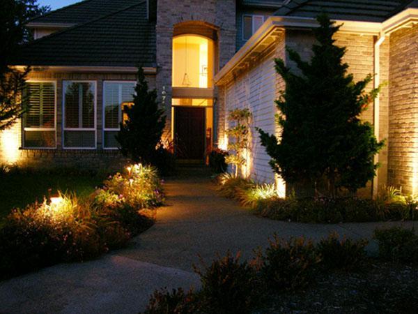Уличное освещение на даче: эффектно, удобно, экономно