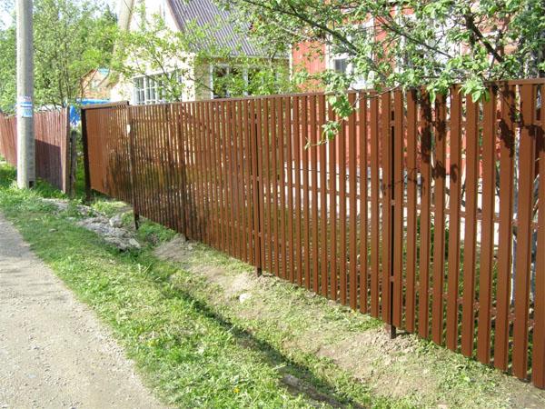Деревянный забор из штакетника своими руками