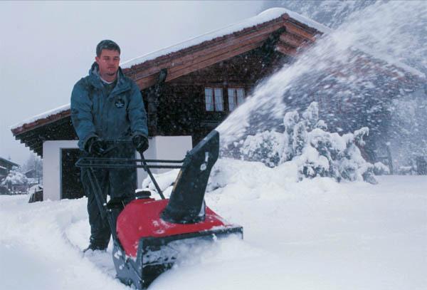 Уборка снега на даче: как выбрать снегоуборщик?