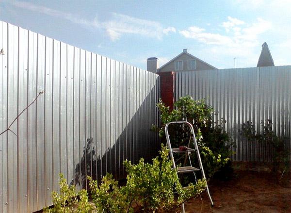 Забор из профнастила - надежная защита вашего участка