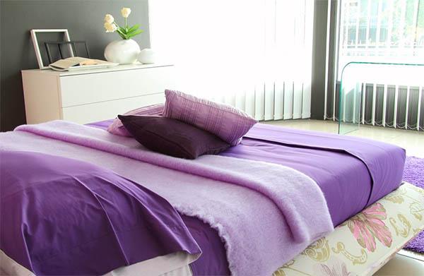 Фиолетовая спальня: интерьер, который всегда в моде