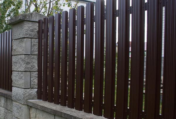 Забор из металлического штакетника: практично и красиво