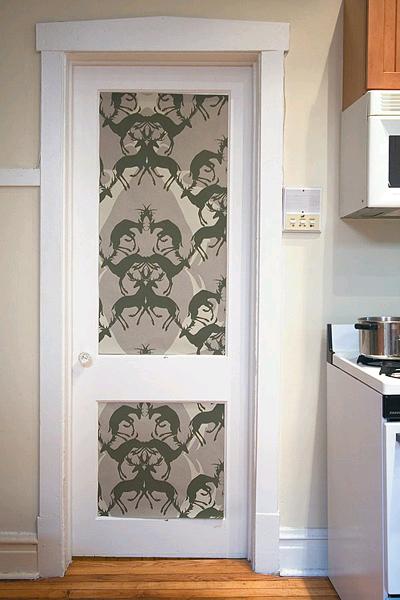 10 ярких идей по украшению Вашей двери обоями