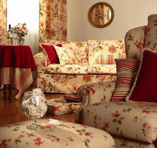 Интерьер гостиной: мода на цветочные узоры