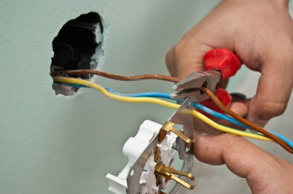 Как заменить электрическую розетку своими руками?