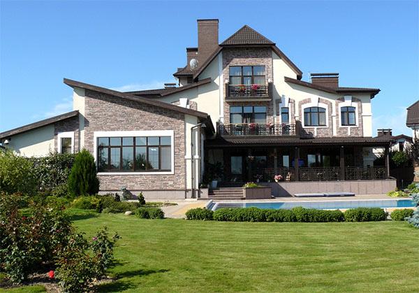 Мечтаете о доме на Рублевке: что лучше купить или строить?