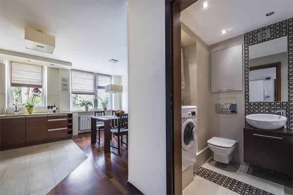 Удобный и модный интерьер для небольшой ванной комнаты